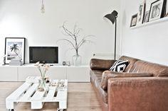 Lekker Fris: Styling opdracht: 'pimp my apartment' in Groningen Home Living Room, Living Room Decor, Palette Furniture, Boho Deco, Vintage Sofa, Piece A Vivre, Living Room Inspiration, Home Interior Design, Diy Home Decor