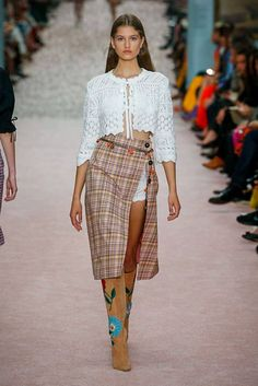 Carolina Herrera Spring 2019 Ready-to-Wear Fashion Show Collection: See the complete Carolina Herrera Spring 2019 Ready-to-Wear collection. Look 4 Runway Fashion, Spring Fashion, Fashion Outfits, Fashion Trends, Cheap Fashion, Fashion Women, Fashion Online, Fashion Ideas, Summer Outfits For Teens