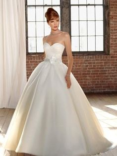 Ball Gown Sweetheart Hand-Made Flower Sleeveless Sweep/Brush Train Organza Wedding Dresses For Brides