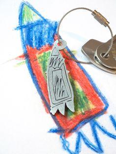 Eine Rakete! Schlüsselanhänger von Kritzelsilber nach eigener Kinderzeichnung.  #Silberschmuck #Kinderzeichnung #Kinderbild #Kunst #Design #Designschmuck #Kindermalerei #individualisierter #Unikat #Unikatschmuck #Kritzelei #Kinderschmuck #Weihnachtsgeschenk #Geschenk #Weihnachten #Edelstahl #Edelstahlschmuck #Schluesselanhaenger #Edelstahlanhaenger #Kinderkunst #Anhaenger #Familie #Silver #Jewelery #Children #drawing #customized #individual #Family #Present #xmas #keychain #Rakete #Rocket