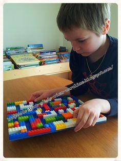 Labyrinthe en legos De tout et de rien: Activités pour le Préscolaire: Créer un jeu de bagatelle et un labyrinthe avec des briques de construction Lego. Create a magnetic pinball game and a labyrinth of Legos