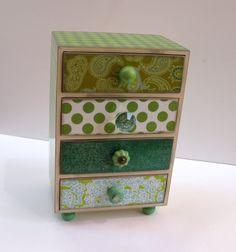 Bonito Alhajero en distintos tonos de verde. Así como varios patrones. Impresión de Paisley, lunares, Damasco, flores y un marroquí. Cada mando