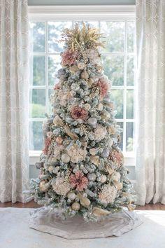 Pink Christmas Tree Decorations, Christmas Tree Flowers, Elegant Christmas Trees, Traditional Christmas Tree, Christmas Tree Design, Colorful Christmas Tree, Noel Christmas, Unique Christmas Tree Toppers, Simple Christmas