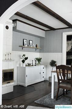 renoverad matsal,matsal i vitt och grått,buffé,print fjädrar,kakelugn