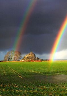 Double rainbow in Mont Saint-Michel. Photo by Mathieu RIVRIN pic.twitter.com/4PJtOPPTL4