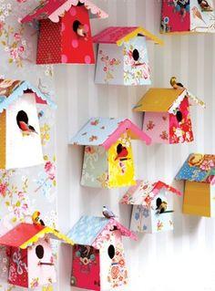 Parede colorida decorada com casas de passarinho, tudo em papel! Enfeites fofos para alegrar a  a varanda. #ficaadica #DIY