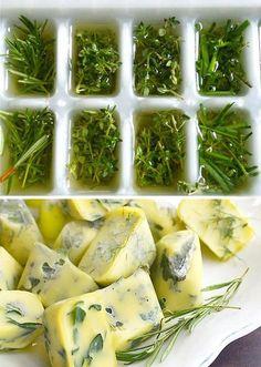 triki kuchenne - kostki ziołowe | Mrożenie ziół w oliwie z oliwek zapobiega ich brązowieniu pod wpływem niskiej temperatury.