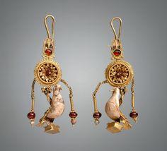 Ζεύγος ενωτίων με κρεμαστά περιστέρια, μέσα του 2ου αι. π.Χ.  Προέλευση: Ανακαλύφθηκε το 1879 σε ανασκαφές του Σ.Ι. Βερεμπριούσοφ