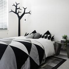 tuuliさんの、ベッド周り,スツール,ラグ,白黒グレー,モノトーン,ツリー,ベッドルーム,寝室,のお部屋写真
