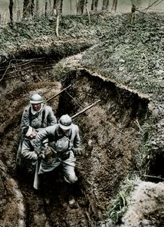 WW1 - French soldiers carrying a wounded soldier through the mud of the trenches. Pin by Paolo Marzioli