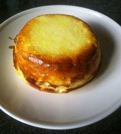 KWARKPUDDINKJE, gemaakt van 250gr. verse kaas, 3 eieren, 100gr. rietsuiker en 50gr. griesmeel. Zeer lekker voor 't ontbijt.