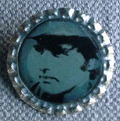 """Broche """"capsuline"""", création . Support capsule de bière argentée.  Image : Dennis Hopper. Andy Warhol La broche est recouverte de résine. Diamètre 34mm"""
