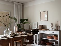 Ready to fall in love with this vintage apartment design? An astounding feature when it comes to getting the vintage home decor right. Cozy Kitchen, Kitchen Dining, Dining Table, Grey Kitchens, Home Kitchens, Lovely Apartments, Sweet Home, Grey Kitchen Cabinets, Swedish House