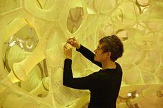 """Jenny Sabin : s'inspirer de la peau pour penser de nouvelles architectures et créer des immeubles dont """"la peau"""" ou l'enveloppe pourrait réagir et s'adapter à l'environnement (observation des cellules humaines)."""