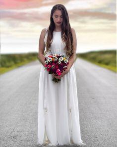 "119 aprecieri, 2 comentarii - Bianca.Teodorescu (@bianca.teodorescu) pe Instagram: ""#civilwedding #nature #spring #sunsetlight #warmweather #weddingbouquet #afterweddingphotoshoot…"" Civil Wedding, Warm Weather, Wedding Bouquets, Passion, Poses, Portrait, Spring, Nature, Photography"