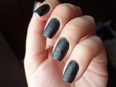 uñas decoradas en negro con flores