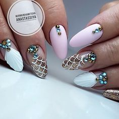 Nail art Christmas - the festive spirit on the nails. Over 70 creative ideas and tutorials - My Nails Rhinestone Nails, Bling Nails, Acrylic Nail Designs, Nail Art Designs, Cute Nails, Pretty Nails, Fish Scale Nails, Nail Art Strass, Bridal Nails Designs