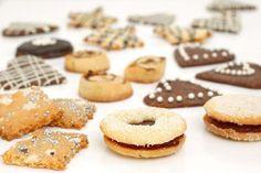 Samasta perustaikinasta syntyy tähtitaivasneliöitä (edessä vasemmalla), herrasväenleipiä (etuoikealla), keskellä taatelikierteet ja suklaasydämet, takana suklaalla koristeltuja pikkuleipiä.