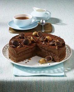 schokoladen-Nuss-Nougat-Torte mit Toffifee dekoriert - Kakaobiskuit und Schokoladen-Nougat-Sahne-Creme mit Haselnussstückchen - http://www.lecker.de/rezept/1115739/Nuss-Nougat-Torte-mit-Toffifee.html