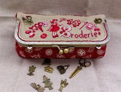 """I like the idea of putting """"embroidery"""" in other languages, also the addition of charms. Patchwork Bags, Quilted Bag, Sewing Caddy, Fabric Wallet, Frame Purse, Cross Stitch Finishing, Handmade Purses, Sewing Accessories, Little Bag"""