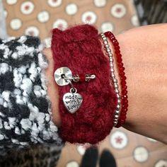 Pulseras de lana geniales para el frío!!!   disponibles en mi tienda (link en la bio) Ideal para el amigo invisible calendario de Adviento...