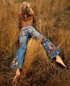 pants ╰☆╮Boho chic bohemian boho style hippy hippie chic bohème vibe gypsy fashion indie folk the . ╰☆╮ The Sam Haskins Estate - Photo Sam Haskins (via Denim Levis in the and Mudwerks) Hippie Style, Hippie Look, Gypsy Style, Style Me, Boho Style, Happy Hippie, Hippie Chick, 70s Inspired Fashion, 70s Fashion