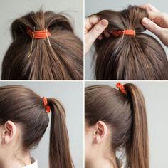 """Tu ponytail lucirá mucho mejor si permanece bien alta. Para ello, inserta dos horquillas en posición vertical a modo de """"contrafuerte"""". Recuerda ponerlas con la zona ondulada hacia dentro, en dirección a tu coronilla, y sujetando el elástico. Para evitar..."""