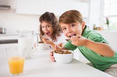 Niños bien desayunados rinden mejor en la escuela | Por: @linternista - http://medicinapreventiva.info/dieta-y-alimentacion/22611/ninos-bien-desayunados-rinden-mejor-en-la-escuela-por-linternista/ - Un buen desayuno que sea balanceado y rico proporciona a los niños y jóvenes la energía y nutrientes que necesitan sus cerebros para concentrarse, aprender, rendir y ser los mejores en clases.   Los especialistas están de acuerdo en que es necesario ofrecerles una comida de