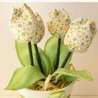 Hoje temos uma linda sugestão de presente ou lembrança para o dia das mães, para presentear sua mãe ou ganhar dinheiro com encomendas para festas de dia das mães.  A sugestão é um vasinho de tulipas de tecido, aqui tem o passo a passo das tulipas de tecido que depois de feitas é só coloca
