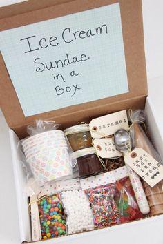 Uma caixa com tudo o que tem direito para uma festa do sorvete (exceto o dito cujo, por razões óbvias)? Pode sim! Casquinhas, confeitos, potinhos, coberturas, colheres, guardanapos... Presente super criativo e (literalmente) doce!