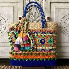 ¡DISPONIBILES PARA ENVÍO INMEDIATO! Bolsas GRANDES, cinta especial. Y tú, ¿Ya sabes que regalar este 14 de Febrero? Informes por inbox. #artesanal #hechoenmexico #hechoamano #Mexico #Color Diy Tote Bag, Crochet Circles, Embroidery Bags, Art Bag, Boho Bags, Crochet Handbags, Quilted Bag, Handmade Bags, Fabric Scraps