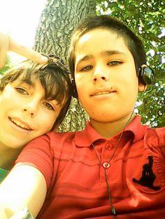 Mi mejor amigo y yo Por si no se dieron cuenta mi mejor amigo esta atras de nosotros 2 el arbol :3 ne joda el Carlitos el propio
