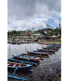 Barcas en el lago Bratan Bali. .................................................................................  Podéis seguir mis hashtags #sergiobejar o #vidacallejerafotos ------------------------------------------------------------------------------  #indonesia #Bali #travel #traveling #vacation #instatravel #trip #holiday #fun #mytravelgram #igtravel #yourshotphotographer #tourism #instapassport