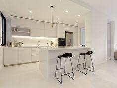 Una cocina blanca, abierta y con la placa de cocción oculta - Cocinas con estilo
