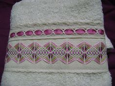 Daysi ByB (Bisutería y Bordados): abril this is too gorgeous Swedish Embroidery, Towel Embroidery, Embroidery Thread, Huck Towels, Swedish Weaving, Bracelet Crafts, Ribbon Work, Smart Design, Bargello