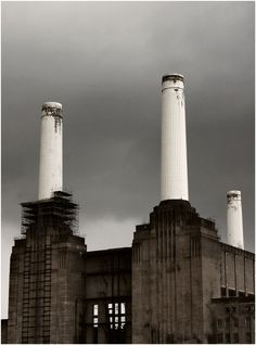 Battersea Power Station in London (where they photographed the cover for Pink Floyd's Animals album) London Architecture, Industrial Architecture, Urban Architecture, Abandoned Buildings, Abandoned Places, Pink Floyd, Battersea Power Station, Art Deco Stil, London Life