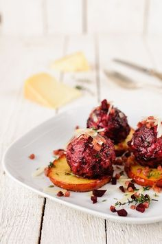 Beetroot dumplings with horseradish, bacon, pecorino and fried thyme boskoop trickytine - Healthy Dinner Vegetable Recipes, Vegetarian Recipes, Healthy Recipes, Bacon, A Food, Food And Drink, Albondigas, Spaghetti Recipes, Beetroot