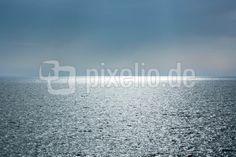 Meer in den späten Nachmittagsstunden
