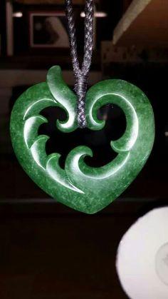 So beautiful Nz jade/pounamu Bone Jewelry, Jewelry Art, Jewelry Design, Le Jade, Polynesian Art, Maori Designs, New Zealand Art, Wood Carving Designs, Diy Inspiration