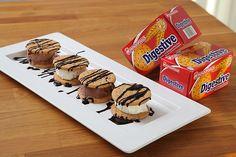 """Σαντουιτσάκια Παγωτού με """"Digestive"""" ΠΑΠΑΔΟΠΟΥΛΟΥ και Σιρόπι Σοκολάτας"""