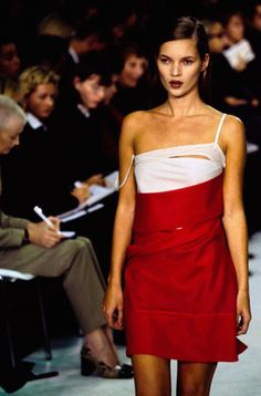 What Was It Like to Model for Helmut Lang? Stella Tennant, Elfie Semotan, and Jeny Howorth Remember Helmut Lang's Favorite Models Recount Their Experiences on His Runway … Fashion 90s, Moss Fashion, Runway Fashion, Fashion Models, High Fashion, Kate Moss, Helmut Lang, Grunge Outfits, Queen Kate
