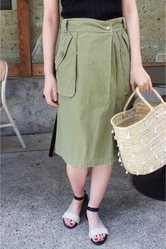 ミリタリースカート ミリタリースカート 21600 ラップ系デザインのミリタリースカート 厚地のコットン生地で透け感無くオールシーズン着用可能です 春らしく薄めカーキカラーを選びました 春先はざっくりニットと夏にはTシャツなどラフなデイリースタイルに是非 店頭外での撮影画像は光の当たり具合で色味が違って見える場合があります 商品の色味はスタジオ撮影の画像をご参照ください カーキ着用スタッフ身長:166cm 着用サイズ:34 着用商品はサンプルです モデルサイズ:身長:167cm バスト:77cm ウェスト:56cm ヒップ:80cm 着用サイズ:34