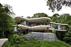 I just saw this house by and for Jesse Bennett and Anne-Marie Campagnolo on The Design Files. He's a builder, she's an interior design and this house is perfect Architecture Design, Residential Architecture, Architecture Awards, Architecture Definition, Organic Architecture, Architecture Organique, Suppose Design Office, Passive Design, Modernisme