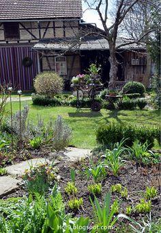 Gartendekoration mit alten Nähmaschinengestell, Gartendeko Shabby, rosa Gartenpflanzen, alte Gartenmöbel