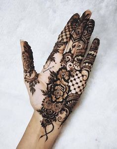 A simple design is popular among all age the girls and women on different events. Here, we have collected easy mehndi design Palm Henna Designs, Pretty Henna Designs, Latest Henna Designs, Mehndi Designs For Girls, Modern Mehndi Designs, Unique Mehndi Designs, Mehndi Design Pictures, Bridal Mehndi Designs, Mehandi Designs