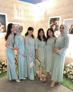 Kebaya Muslim, Bridesmaid Dresses, Wedding Dresses, Curly Hairstyle, Naturally Curly, Curly Bob, Modern, Fashion, Bridesmade Dresses