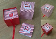 Van massief karton een doos met deksel gemaakt omplakt met drukwerk en voorzien van een lint om de boekjes makkelijk eruit te halen.