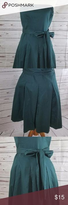 The Limited Strapless Green Dress with Belt Size 8 The Limited Women's Strapless Hunter Green Dress 100% Cotton Sz 8 w/Belt  DEFECT:  One part of the clasp is missing and is circled above in the pictures. The Limited Dresses