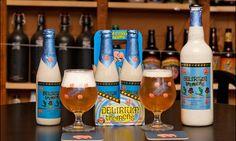 Garrafas e copos da cerveja Delirium Tremens