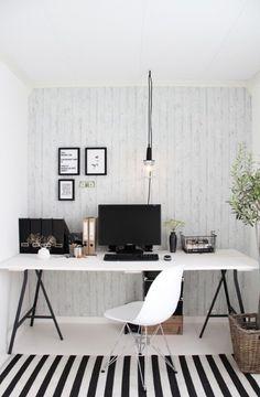 Leuk idee voor een lamp boven je bureau. En maak het bureau van een werkblad en een set schragen van Ikea.